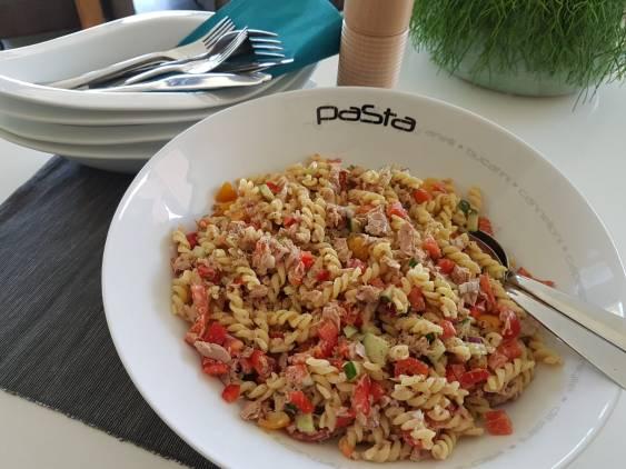 Koude pastasalade met tonijn en groenten