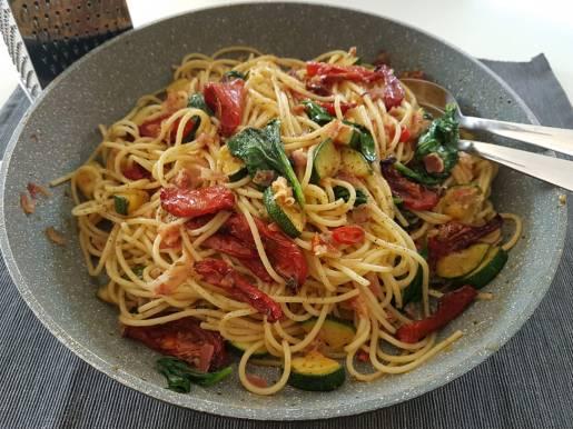 Spaghetti pancetta, groene groentjes & zongedroogde tomaten