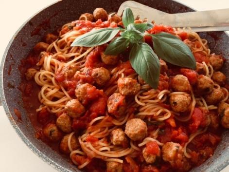 Spaghetti met pittige tomatensaus en zuiderse gehaktballetjes