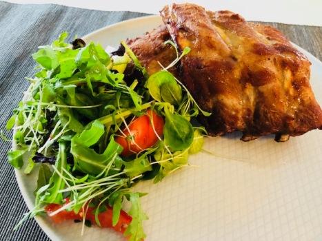 Spareribbetjes met een frisse salade