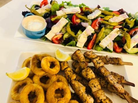 Griekse salade met calemari & souvlaki