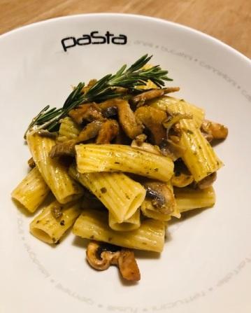 Rigatone met lookolie en champignons
