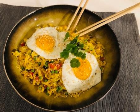 Nasi met een spiegelei en sesam