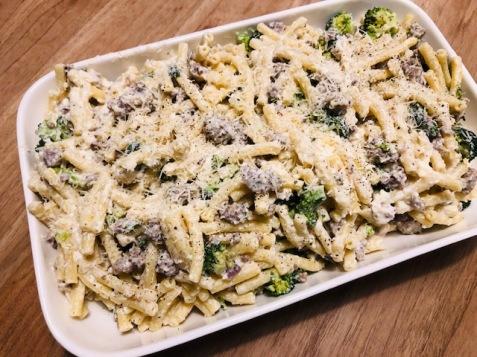 macaroni met gehakt-broccoli en parmezaan-ricottasaus