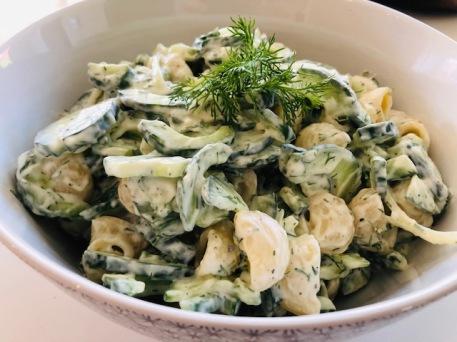 Pastasalade met komkommer en dille